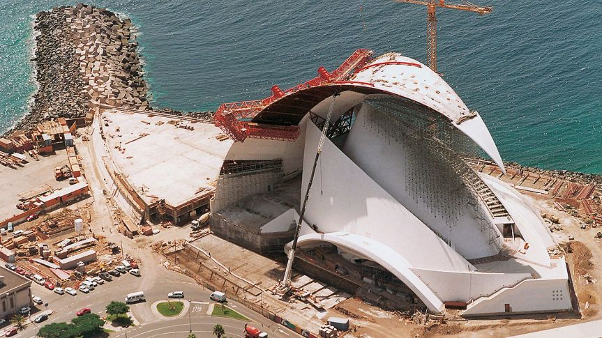 Due to the slender form of the building, the use of concrete for the realization of the structure was inevitable. A wide range of formwork expertise was required in order to complete this concert hall: TRIO panel formwork for the foundations, climbing formwork for symmetrically-arranged round and curved sail-like walls.