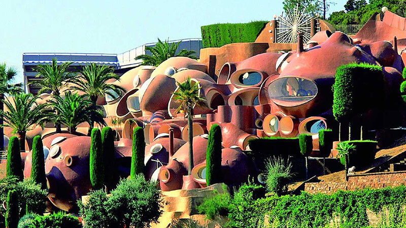 Also known as Palais Bulles, Bubble Palace is a huge residence in Théoule-sur-Mer, close to Cannes, France. The building was designed by the Hungarian architect Antti Lovag