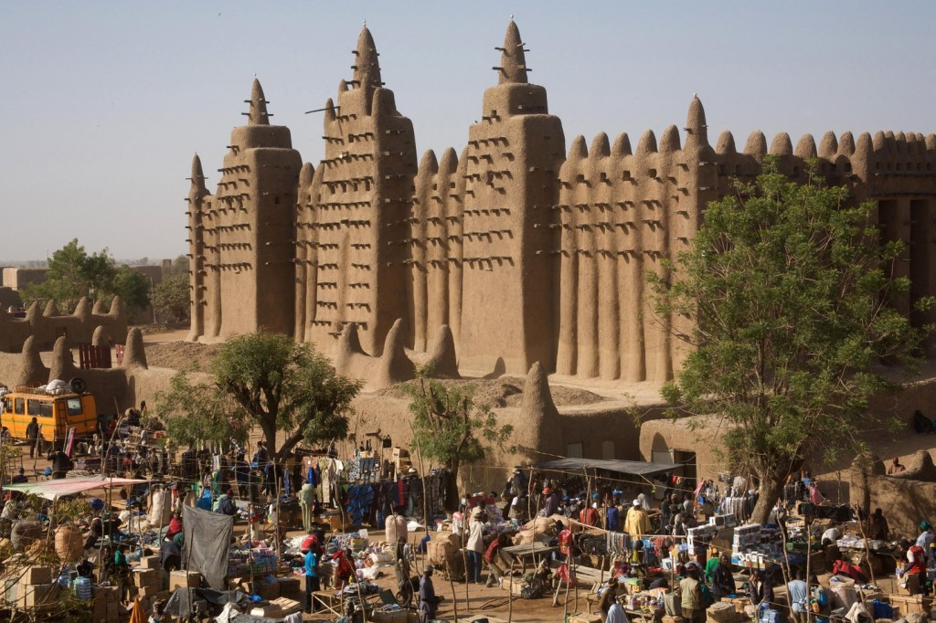 The Monday market in front of the great mud mosque, Djenne, Mali | © Louise Bretten / Alamy Stock Photo